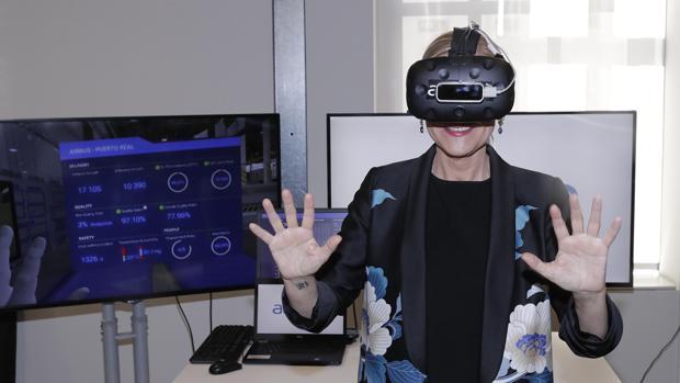 Cristina Cifuentes, con unas gafas de realidad virtual, en una de las start ups de la Fundación Telefónica