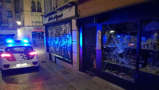 Los ladrones rompieron el escaparate con una alcantarilla