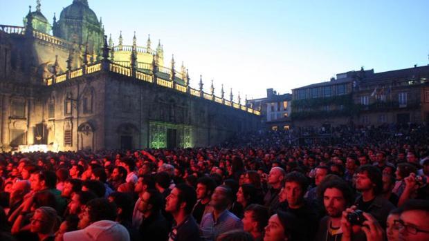 Varias personas asisten a un concierto en la Praza da Quintana, en Santiago