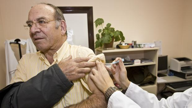 Un hombre se vacuna contra la Gripe A en un centro de salud de Zamora