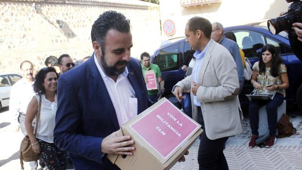 José Luis Blanco, entrando con sus avales en la sede del PSOE de Toledo