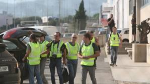 Agentes de la Guardia Civil, la semana pasada, en la imprenta de Constantí