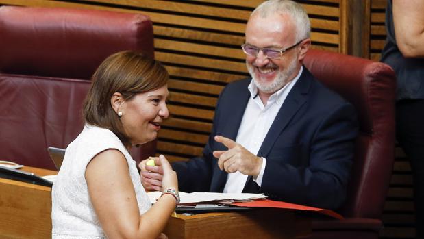 Imagen de la presidenta del PPCV, Isabel Bonig, junto al diputado de Podemos Antonio Montiel