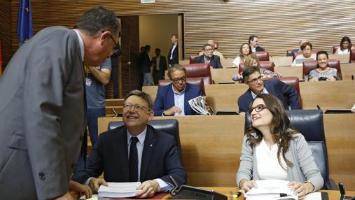 Imagen de Puig y Oltra durante el debate de Política General