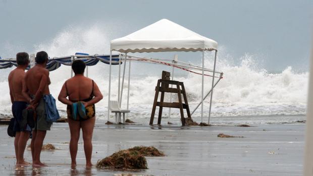 Imagen de archivo de un temporal en la playa de El Postiguet de Alicante