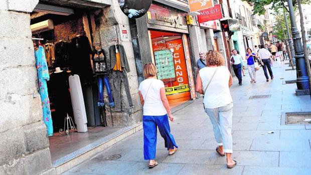 Los comercios inundan la calle Mayor, la céntrica arteria que vertebra el barrio de los Austrias