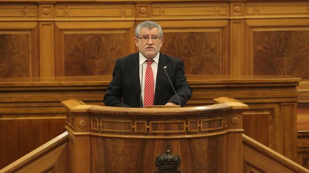 Ángel Felpeto, interviene desde la tribuna en el Pleno de las Cortes