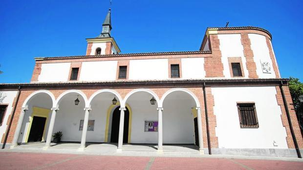 Fachada maestra de La Asunción de Nuestra Señora, en el centro de Aravaca