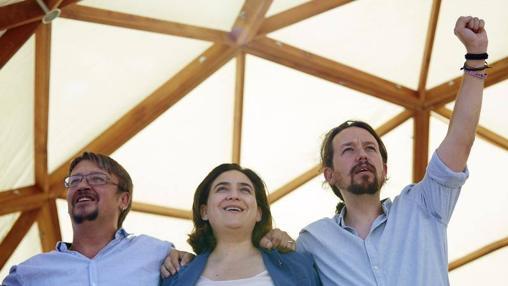 Colau junto a Domènech (izqda) y Pablo Iglesias (dcha) en un acto de la Diada
