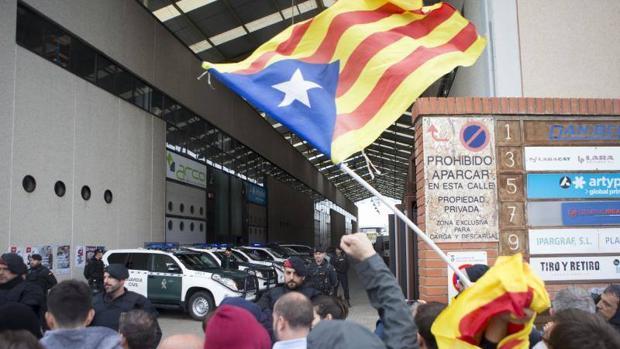 Agentes de la Guardia Civil entran en la imprenta Artyplan de Sant Feliu de Llobregat (Barcelona)