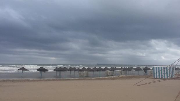Imagen del temporal de este viernes en la playa de la Malvarrosa de Valencia