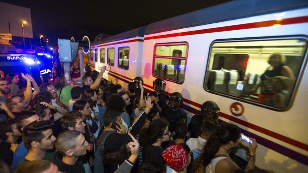 Imagen de los antidisturbios de la Policía Nacional en la noche del viernes en las vías del tren en Murcia