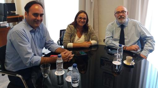 El conseller Manuel Alcaraz, junto a la concejal María José Espuch, este lunes en Alicante