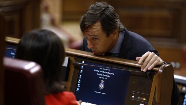 Rafael Hernando conversa con Margarita Robles este martes en el Congreso de los Diputados