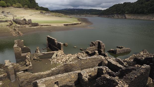 En el embalse de Portomarín pueden verse los restos del antiguo pueblo
