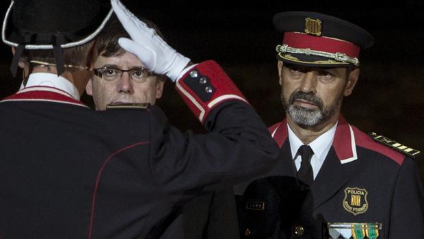 Josep Lluis Trapero, máximo responsable de los Mossos, junto al presidente Puigdemont