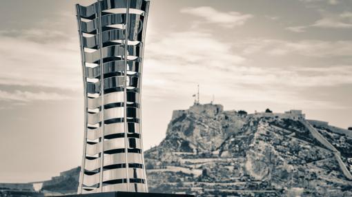 Imagen del trofeo frente al Castillo de Santa Bárbara