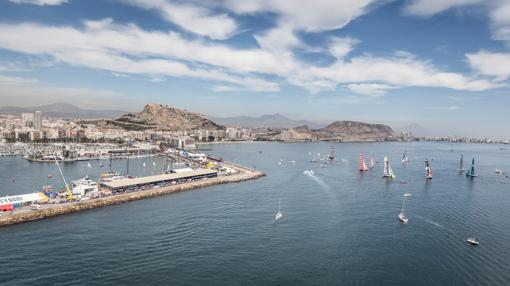 Vista aérea de la zona portuaria de Alicante durante la competición de vela