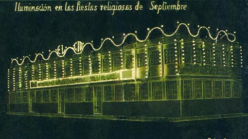 Exterior de la fábrica Manuel Maestre Calzados El Cid iluminada para Fiestas de Septiembre. Años 30