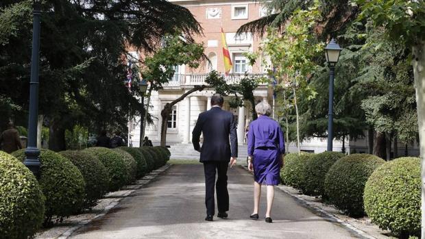 Theresa May junto a Mariano Rajoy en el Palacio de La Moncloa