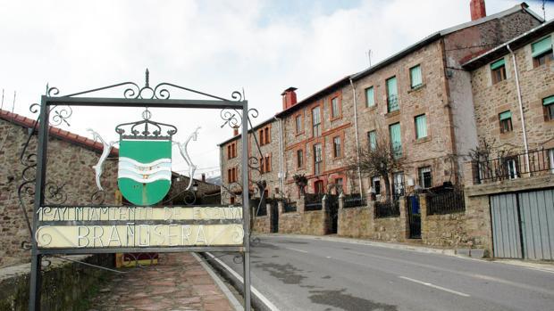 Cartel a la entrada del pueblo palentino de Brañosera