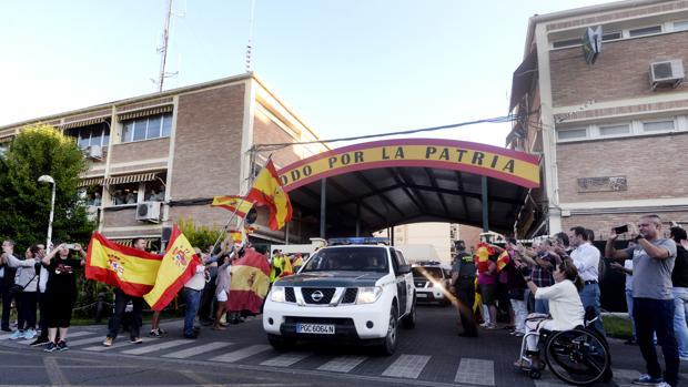 Guardias civiles marchando de Toledo a Cataluña
