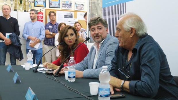Martín Sanz (centro), escucha al presidente de la asociación de vecinos, Ernesto Jarabo
