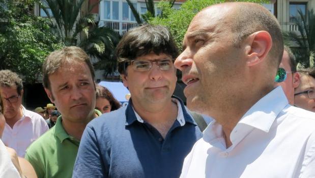 El alcalde de Alicante (derecha), con los portavoces de sus dos socios de gobierno, en imagen de archivo