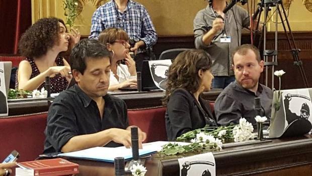 En el pleno celebrado este martes en el Parlamento balear, los diputados de MÉS han depositado margaritas en los escaños en señal de apoyo a Cataluña.