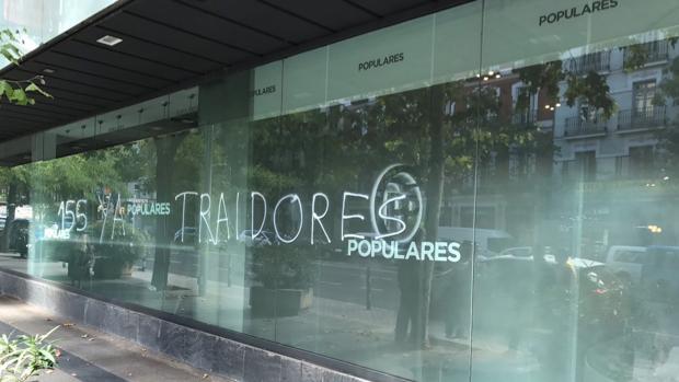 Imagen de la pintada, en los bajos de la sede del PP, en la calle Génova