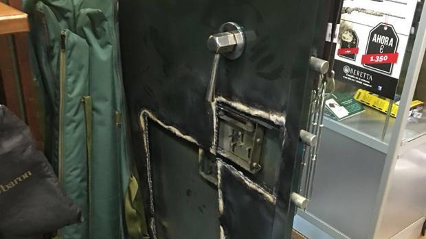 La cámara acorazada de la armería, reventada tras el robo