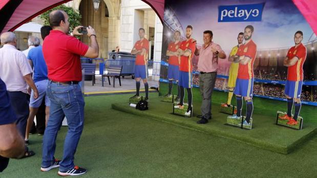 Aficionados se hacen fotos en el «photocall» con reproducciones de jugadores de España