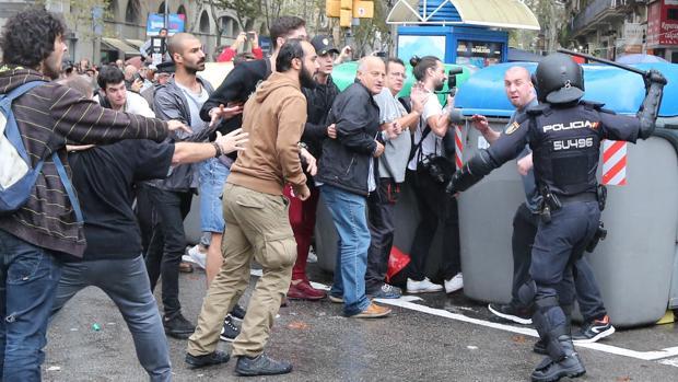 Altercados en las calles de Barcelona entre independentistas y agentes policiales
