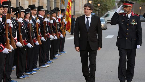 Trapero y Puigdemont, en un acto oficial pasando revista a una formación de mossos
