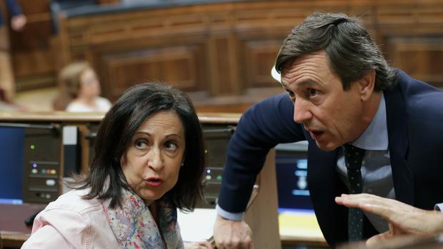La portavoz socialista en el Congreso, Margarita Robles, y el portavoz del PP en el Congreso, Rafael Hernando, conversan en el hemiciclo en una imagen reciente