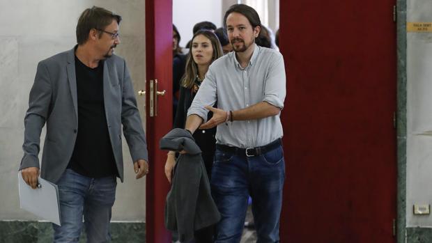 El secretario general de Podemos, Pablo Iglesias, dcha, conversa con el portavoz de En Comù Podem, Xavier Domènech, a la salida de la reunión de la Mesa de la Fraternidad
