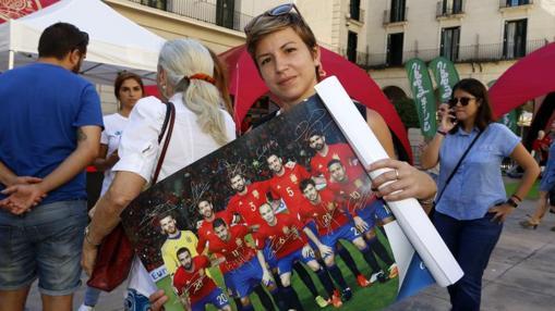 María, una madre alicantina con un póster de la Selección
