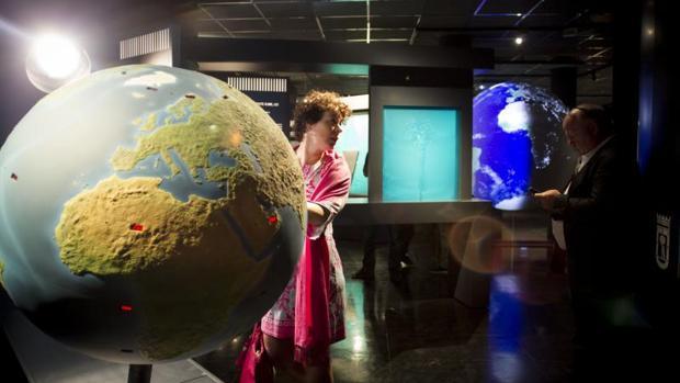 Un gran globo terráqueo recibe a los visitantes del Planetario