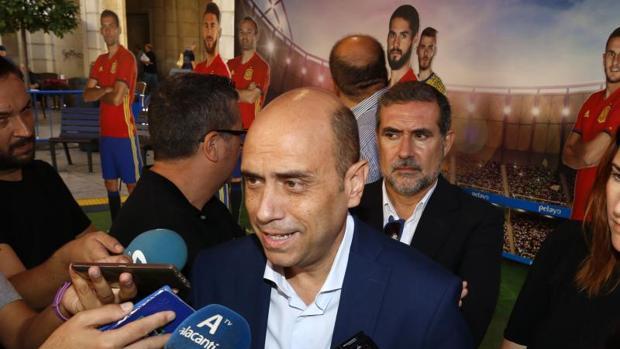 El alcalde de Alicante, Gabriel Echávarri, atiende a los medios de comunicación, este miércoles