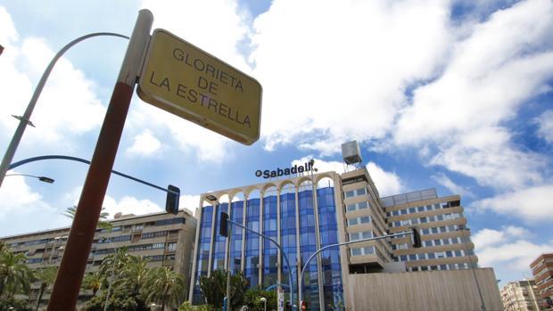 Imagen de la sede central del Banco Sabadell en Alicante situada en la avenida Óscar Esplá