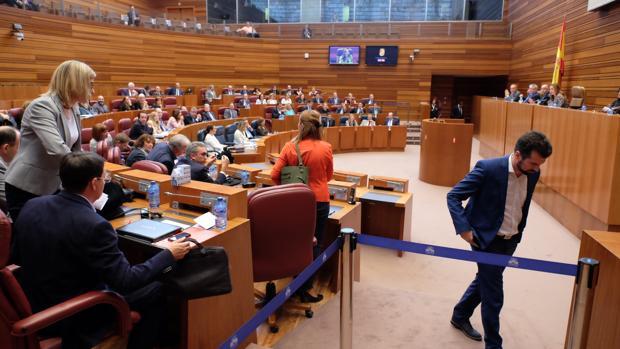 Los procuradores del PSOE abandonan el hemiciclo