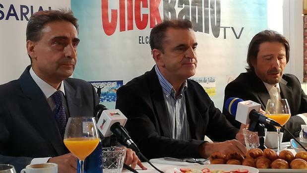 José Manuel Franco (centro), en el desayuno de The Experience Club junto a Juan Ignacio Ocaña (izq.) y Ricardo Martín (dcha.)