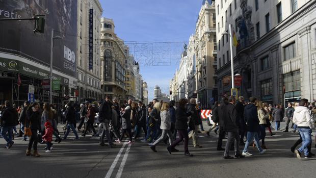 Peatones cruzan por la Gran Vía durante el corte de la pasada Navidad