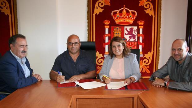 Víctor Elvira y Agustina García firman el convenio en presencia del director provincial de Fomento, Pascual Aguado, y el delegado de la Junta en Talavera, David Gómez