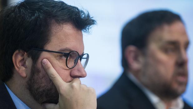 Pere Aragonés, secretario de Economía de la Generalitat (izda) junto al vicepresidente y consejero de Economía, Oriol Junqueras
