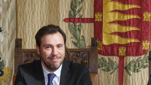 El alcalde Óscar Puente, en una imagen de archivo junto al escudo