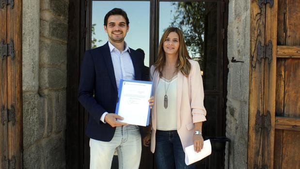 Santiago Serrano y Carolina Agudo entregan la moción en el Palacio de Fuensalida