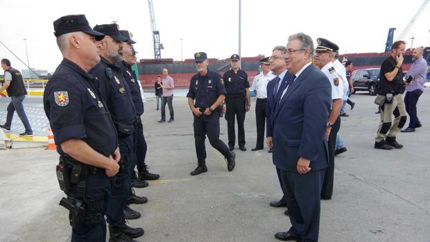 El ministro Zoido, con agentes de la Policía Nacional en Barcelona