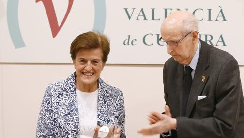 Imagen de Adela Cortina junto al profesor Grisolía