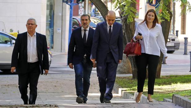 El alcalde de Alicante, Gabriel Echávarri, a su llegada a los juzgados para declarar, este viernes